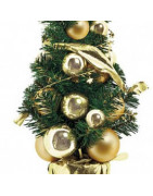 Kunstige juletræer med pynt